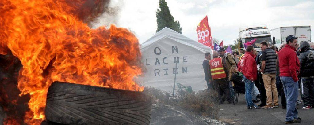 Le blocage de l'accès à un site, l'occupation des locaux afin d'empêcher le travail des non-grévistes sont des actes abusifs. ©François Lo Presti/AFP