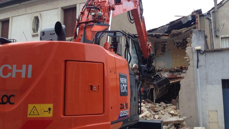 Le bâtiment qui donne sur la rue est démoli le premier, pour ouvrir un passage aux engins de chantier © Radio France - Lila Lefebvre